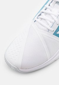 adidas Performance - COURTJAM BOUNCE - All court tennisskor - footwear white/haze blue - 5