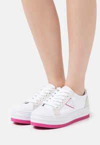 Guess - BRODEY - Sneakers laag - white/rose - 0
