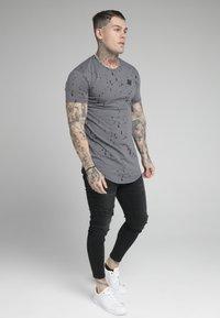 SIKSILK - SPLATTER GYM TEE - T-shirt con stampa - grey - 1