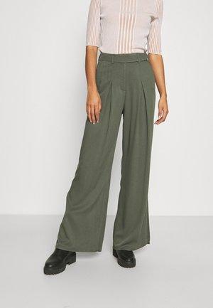 EDNA WIDE LEG SPLIT TROUSER - Broek - deep green