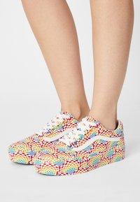 Vans - OLD SKOOL PLATFORM - Sneakers basse - pride multi/true white - 0