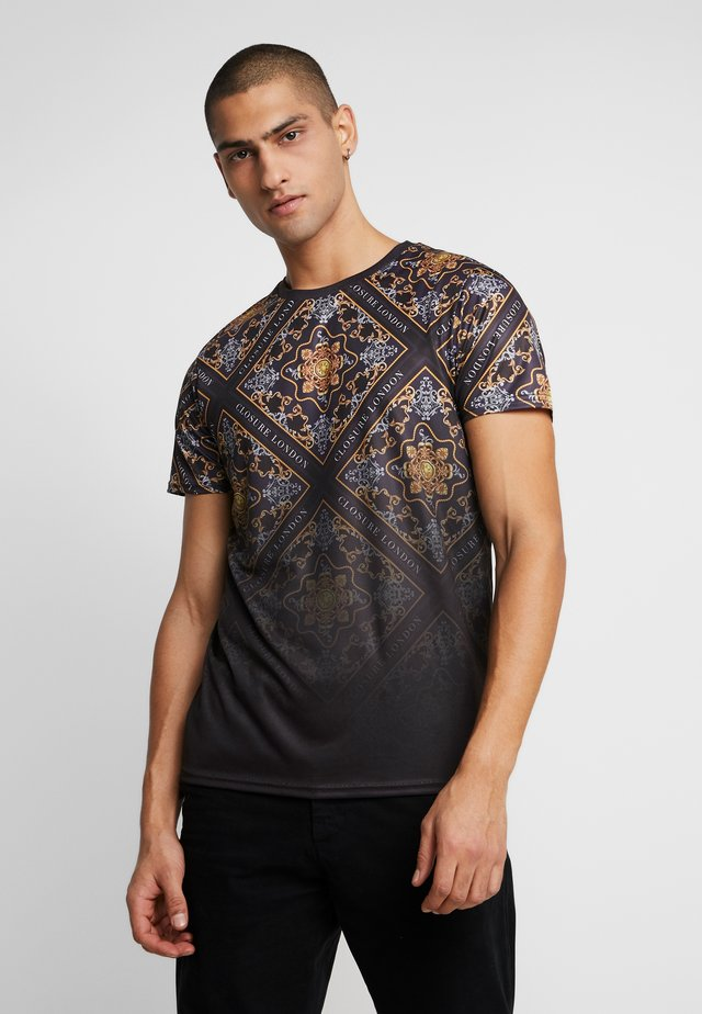 BAROQUE TILE PRINT FADE TEE - T-shirts med print - black