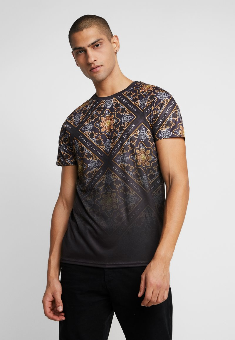 CLOSURE London - BAROQUE TILE PRINT FADE TEE - Print T-shirt - black