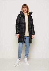 Calvin Klein Jeans - LOGO BELT WAISTED LONG PUFFER - Winter coat - black - 1