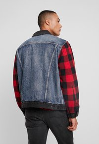 Levi's® Extra - TYPE HYBRID TRUCKER - Denim jacket - blue denim/red - 2