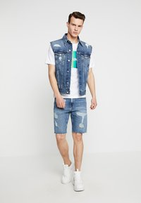 Calvin Klein Jeans - FOUNDATION TRUCKER VEST PRIDE - Waistcoat - painters blue - 1