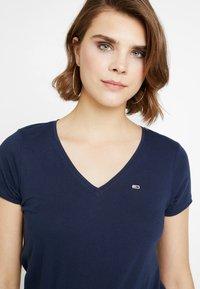 Tommy Jeans - SOFT V NECK TEE - T-shirt basic - black iris - 4