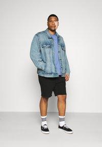 Levi's® Plus - BIG TRUCKER - Veste en jean - light-blue-denim - 1