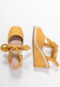 co wren wide fit - Sandales compensées - mustard - 4
