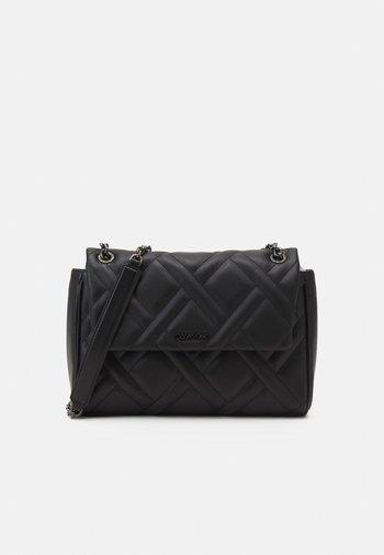 QUILT FLAP XBODY - Across body bag - black