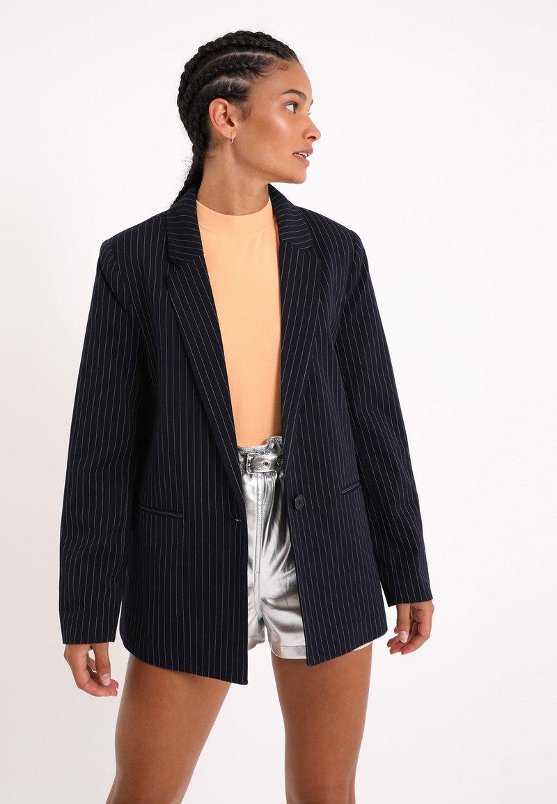 Pimkie - MIT KARO-PRINT - Short coat - marineblau
