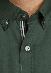 Jack & Jones PREMIUM - Koszula - dark green - 4