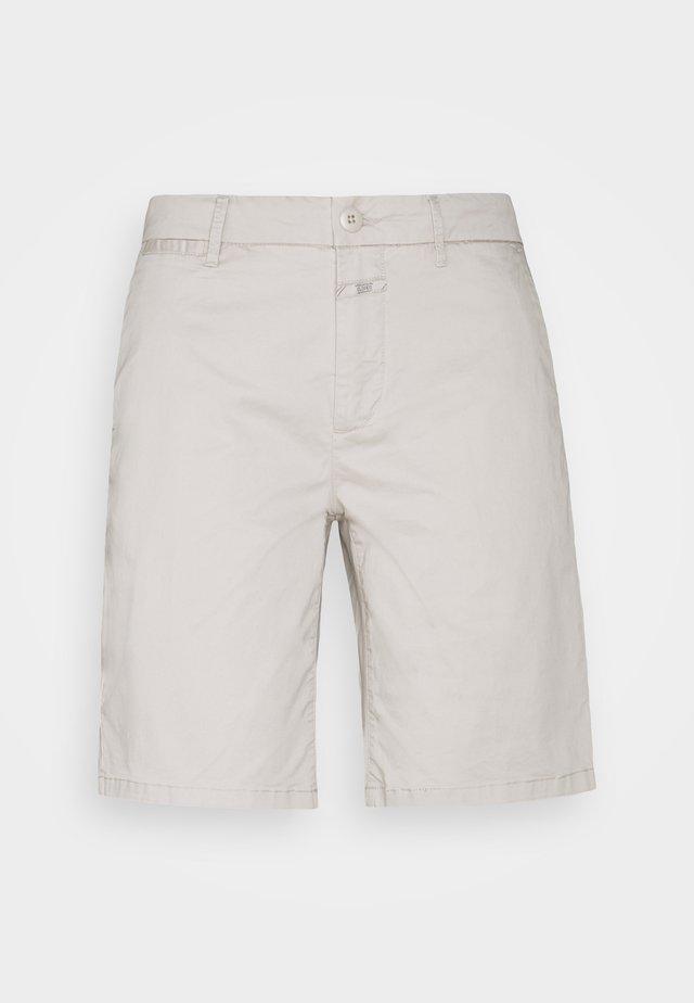 HOLDEN - Shorts - shiitake