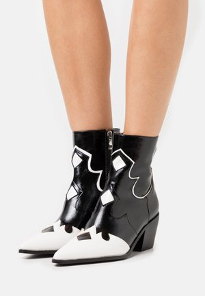 VISTA - Cowboy/biker ankle boot - black/white