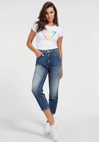 Guess - DRIEHOEK - Print T-shirt - wit - 1