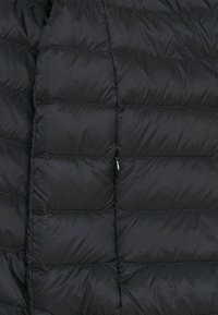 Guess - JACKET CORE STRETCH - Bunda z prachového peří - jet black - 2