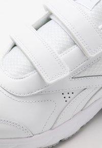 Reebok - WORK N CUSHION 4.0 KC - Walking trainers - white/cold grey two - 5