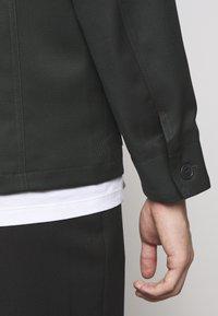 Filippa K - LOUIS GARBADINE - Lehká bunda - dark spruc - 10