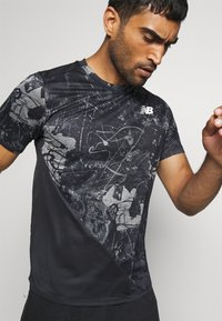 New Balance - PRINTED VELOCITY - T-shirt med print - black - 4