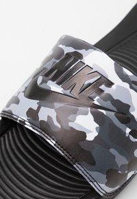 Nike Sportswear - VICTORI ONE SLIDE PRINT - Slip-ins - black/grey fog/particle grey/white - 5