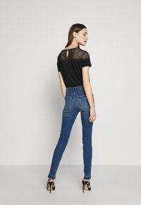 Guess - 1981 - Jeans Skinny Fit - eco feather mid - 2