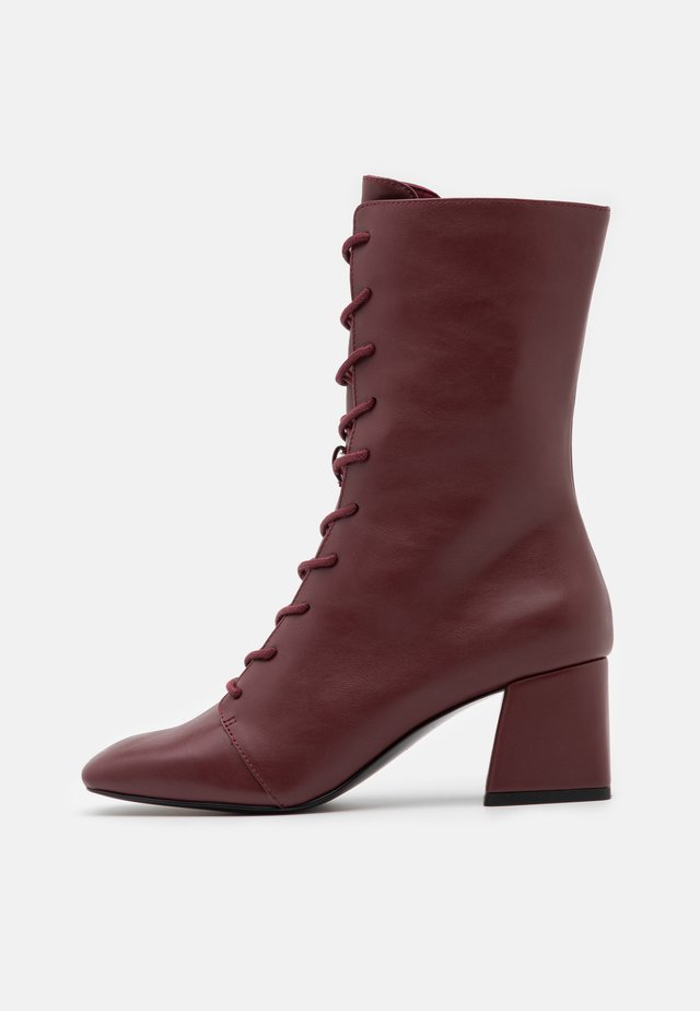 VEGAN THELMA BOOT - Bottes à lacets - whine red