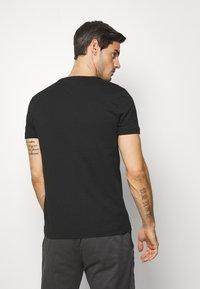 Tommy Hilfiger - COOL SMALL TEE - T-shirt z nadrukiem - black - 2