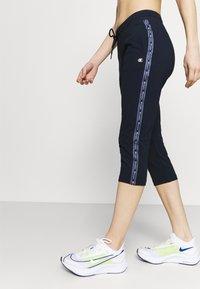 Champion - CAPRI PANTS - 3/4 sports trousers - dark blue - 3