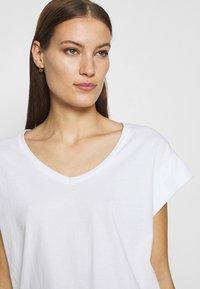 Moss Copenhagen - ALVA V NECK TEE - Basic T-shirt - white - 4
