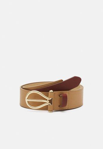 PCNULLA WAIST BELT - Waist belt - cognac/gold-coloured