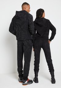 Tommy Hilfiger - LEWIS HAMILTON UNISEX GMD SWEATPANTS - Pantalones deportivos - black - 2