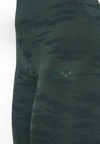 ONLY Play - ONPJAVO CAMO CIRCULAR - Legging - darkest spruce - 6