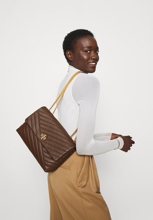 KIRA CHEVRON CONVERTIBLE SHOULDER BAG - Across body bag - fudge