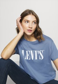 Levi's® - GRAPHIC VARSITY TEE - T-shirts med print - serif blue - 6