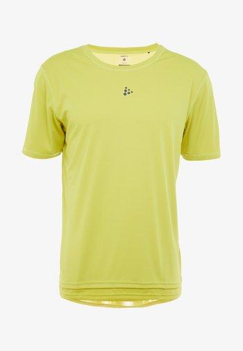 CHARGE TEE - Print T-shirt - mustard yellow