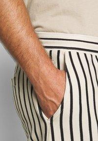 Solid - RON STRIPE - Shorts - white - 4