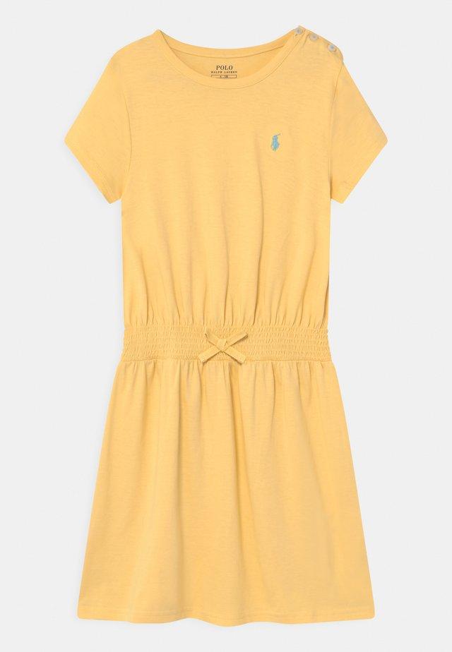 PLAY - Žerzejové šaty - banana peel