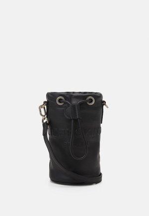 BUCKET BAG XS - Axelremsväska - black