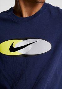 Nike Sportswear - SUBSET TEE - T-shirts print - midnight navy/black/hyper royal - 4