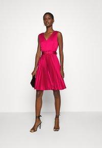 Closet - CLOSET V NECK PLEATED DRESS - Cocktail dress / Party dress - burgundy - 1