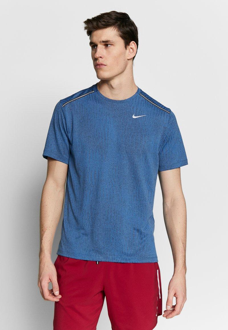 Nike Performance - M NK DRY MILER SS JACQUARD FF - Camiseta estampada - smoke grey/pacific blue