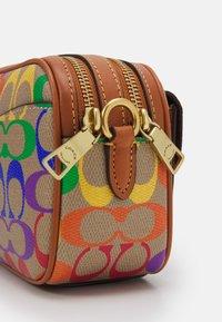 Coach - PRIDE SIGNATURE WILLOW CAMERA - Across body bag - natural multi - 4