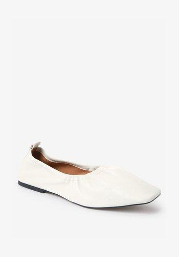 Foldable ballet pumps - off-white