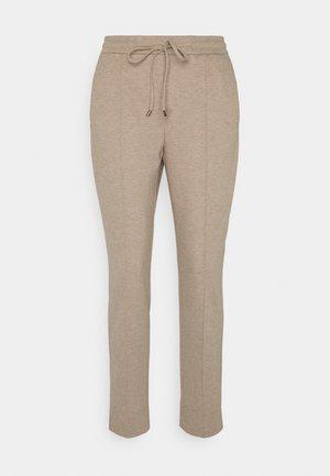 MELVY - Pantalon de survêtement - macadamia