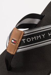 Tommy Hilfiger - LOGO TAPE BEACH  - Sandály s odděleným palcem - black - 5