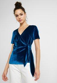 Fashion Union - T-shirts med print - blue - 0