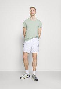 Nike Sportswear - REPEAT - Shorts - white/black - 1