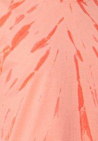Ética - EVIE - Print T-shirt - thunder lightning fire coral - 2