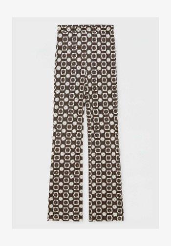 MIT GÄNSEBLÜMCHEN - Trousers - mottled brown