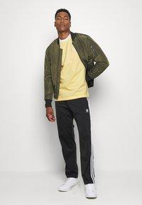 adidas Originals - 3 STRIPES TEE UNISEX - Print T-shirt - yellow - 1